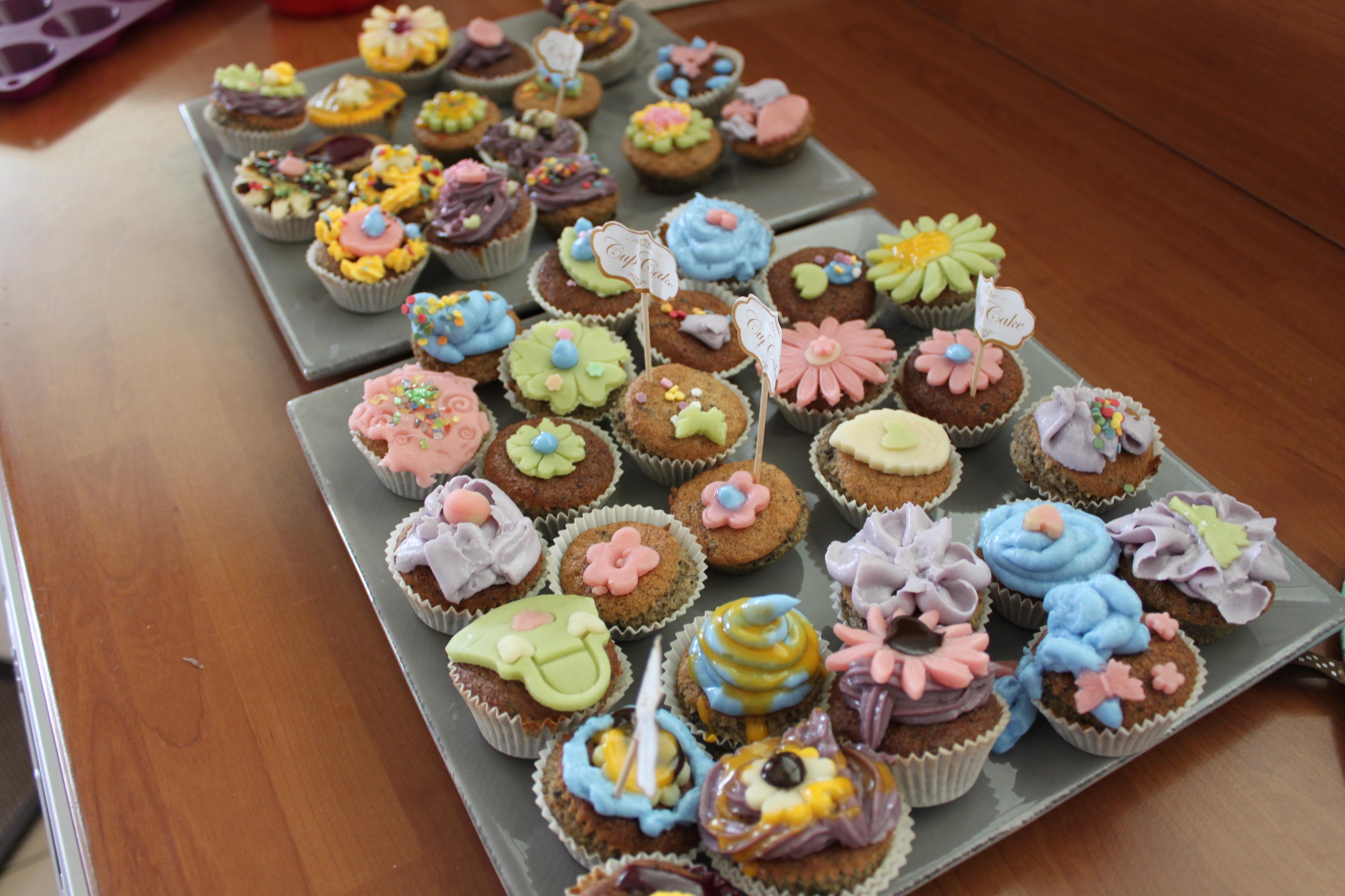 L atelier cupcakes pour l anniversaire d esther la fabricamania - Decoration cupcake anniversaire ...
