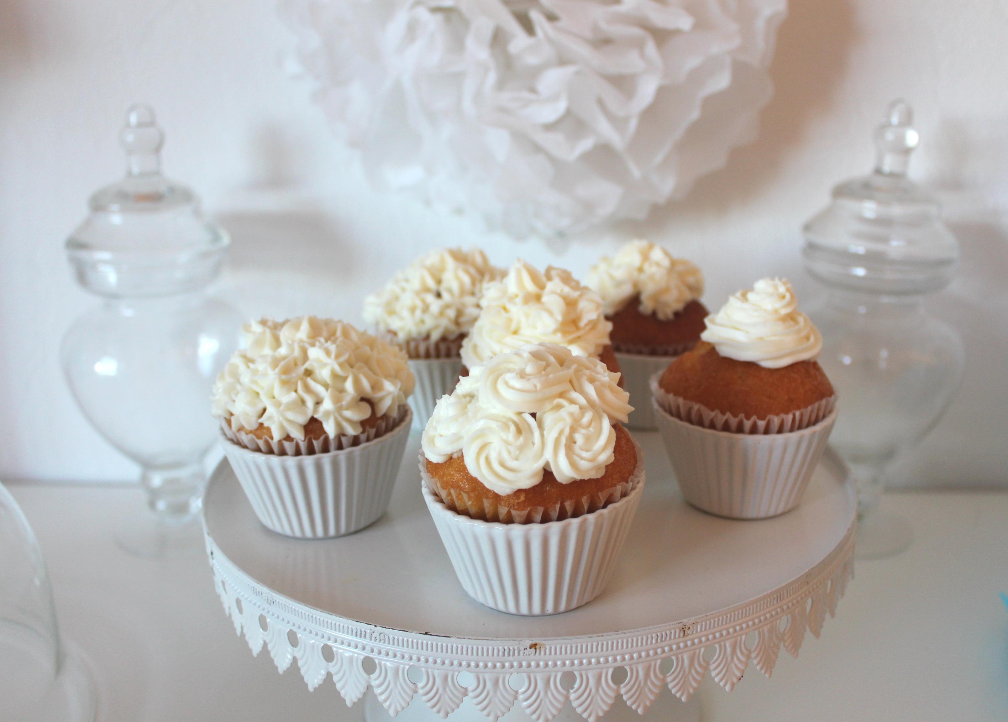 cupcakes blancs pour un mariage la fabricamania. Black Bedroom Furniture Sets. Home Design Ideas