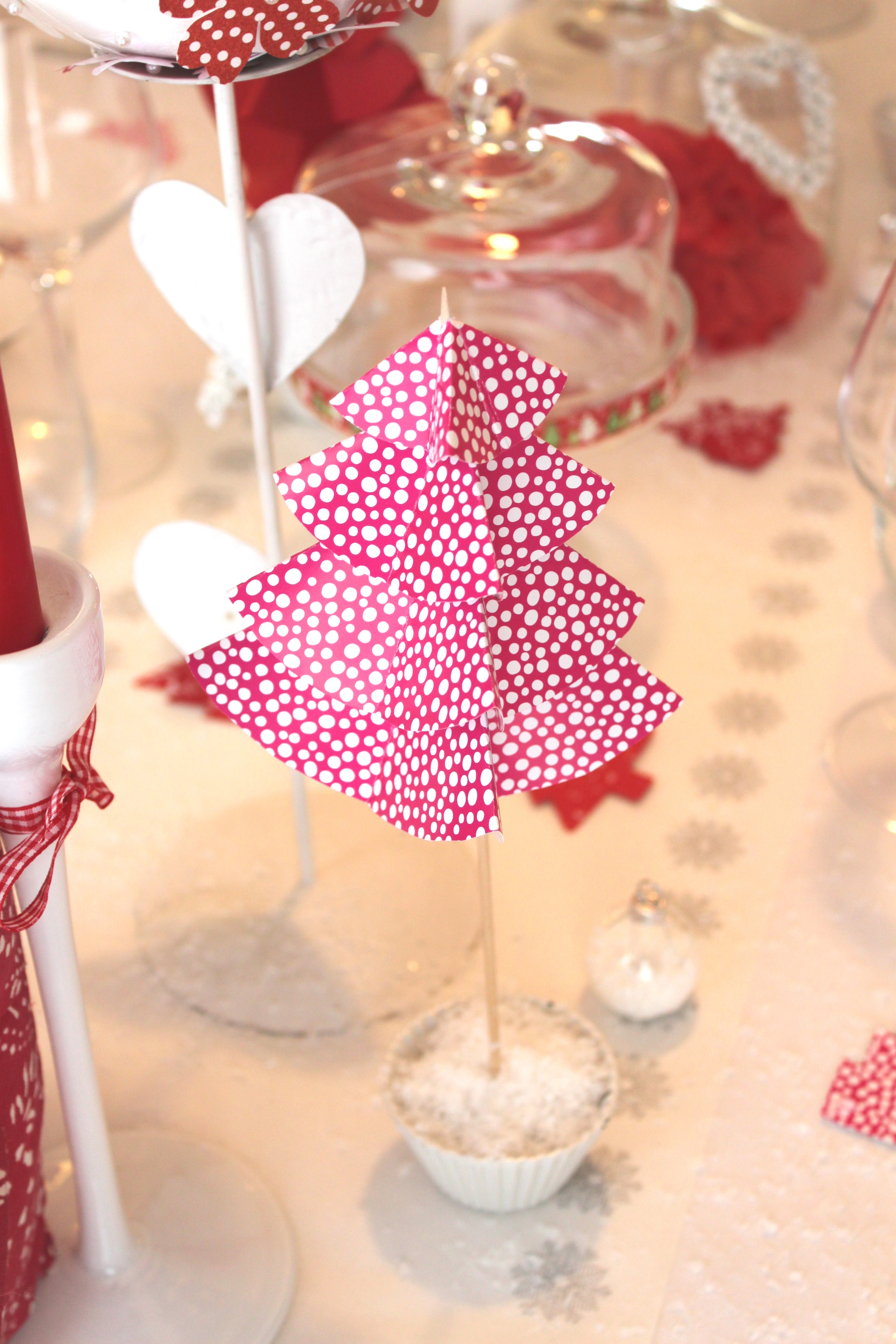 Diy sapin de no l en papier la fabricamania for Diy deco table noel