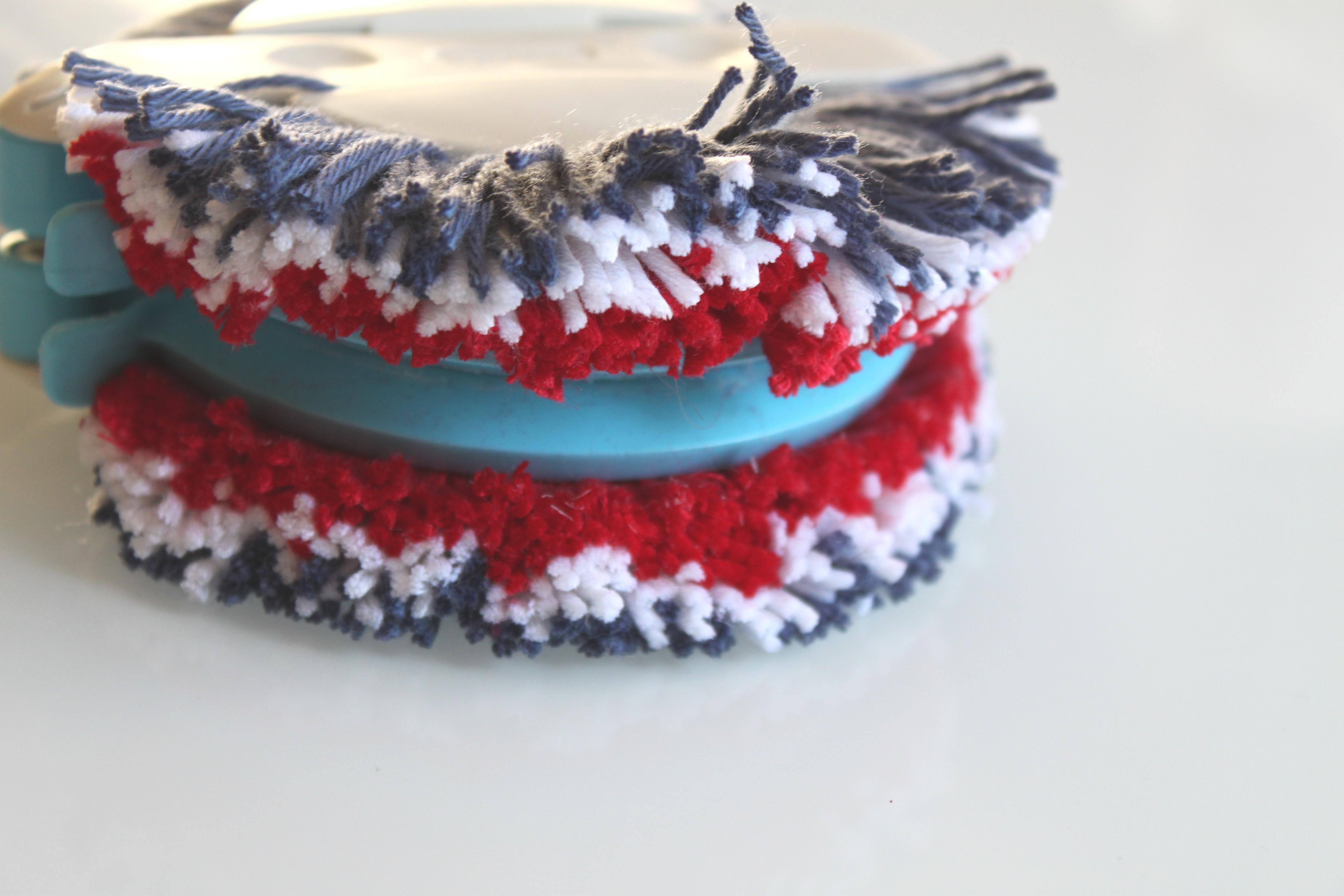 Diy r aliser des pompons pour le 14 juillet la fabricamania - Appareil pour faire des pompons en laine ...