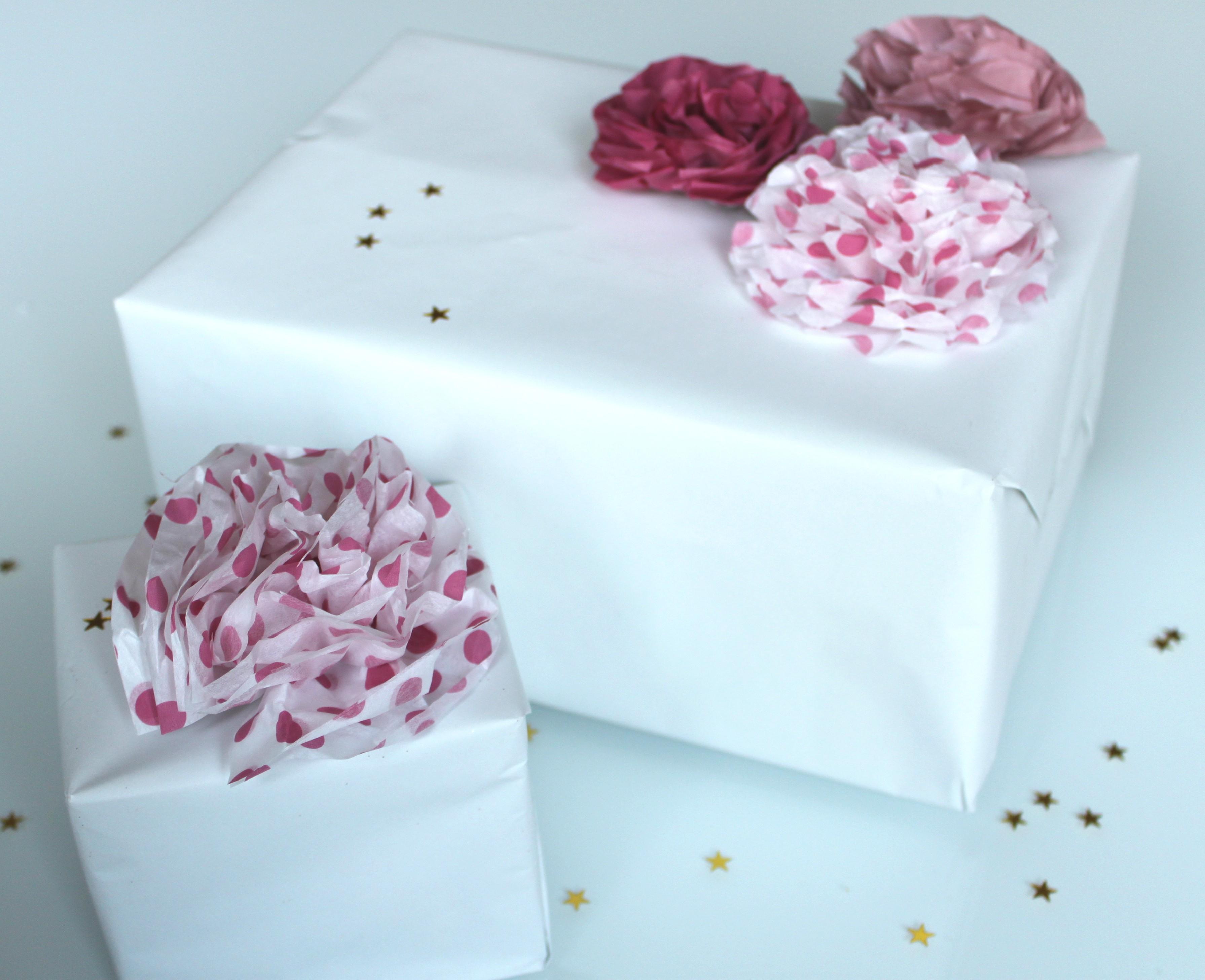 Diy r aliser de jolis paquets cadeaux avec des pompons - Faire de jolis paquets cadeaux ...
