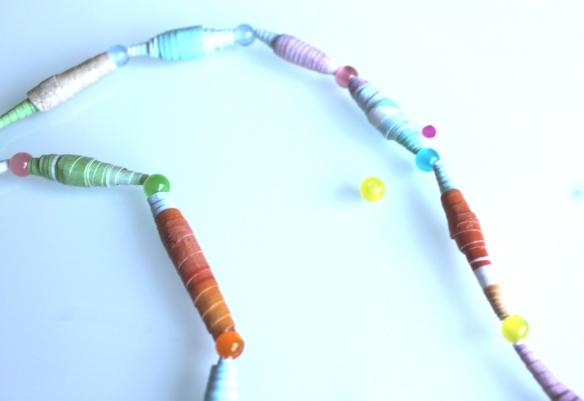 diy collier perles papier et pompon (2)
