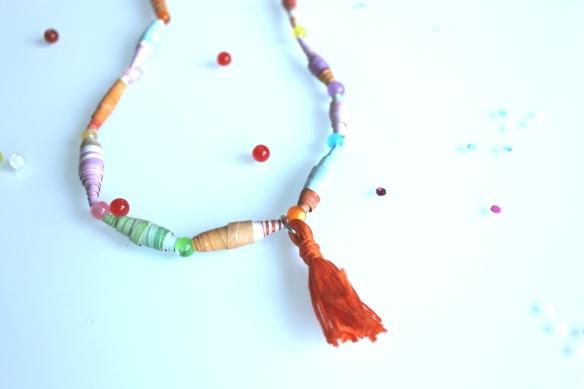 diy collier perles papier et pompon (24)